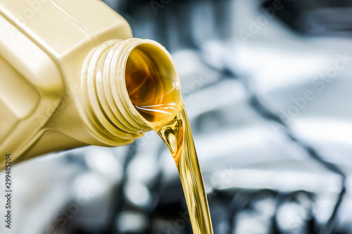 Fotomural Pour yellow motor oil into car engine