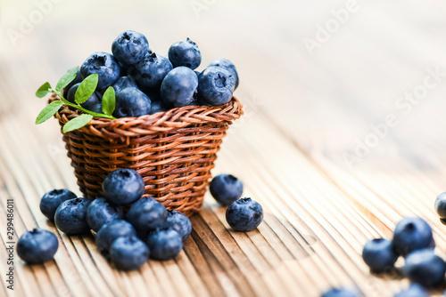 Tablou Canvas Fresh finest blueberries in small wicker basket