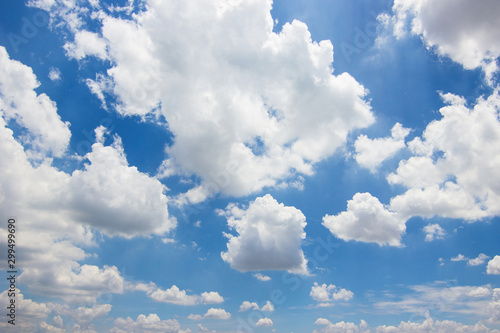 Pinturas sobre lienzo  Transparent blue sky with clouds and atmospheric afternoon.