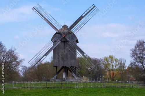 Tuinposter Molens Alte historische Windmühle in Hessen/Deutschland