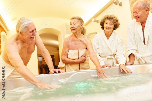 Vászonkép  Senioren freuen sich auf den Whirlpool