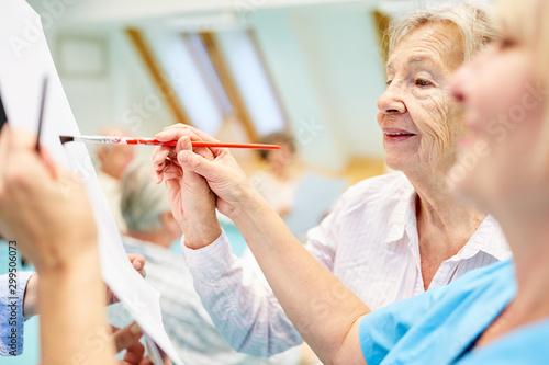 Photo Alte Frau und Therapeutin beim Malen