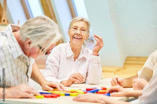 Senioren Gruppe hat Spaß beim Spielen Canvas Print