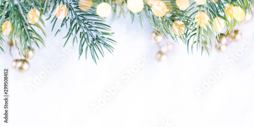 Photo Christmas border with green spruce branches on white background.