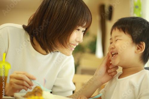 Fototapeta 食事する親子 obraz