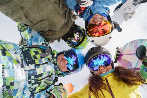 Pinturas sobre lienzo  Image of happy snowboarders looking down at winter resort
