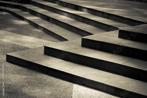 Unikalne schody zewnętrzne tworzące się w parku ratuszowym