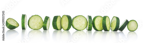 Photo  sliced cucumber with reflection on an isolated white background
