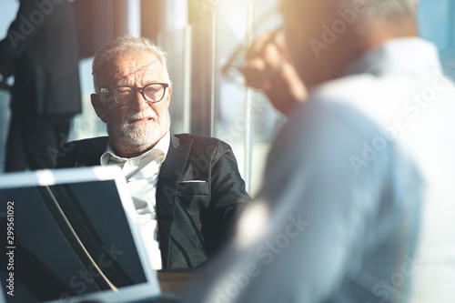 Pinturas sobre lienzo  Senior businessman having a conversation with his colleague indoors