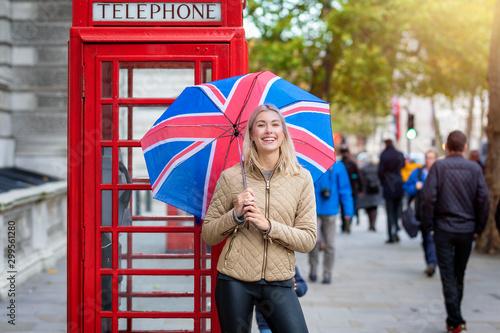 London Reise Konzept: attraktive, blonde Frau hält einen Regenschirm mit britisc Canvas Print