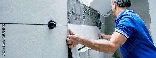 Photo Fliesenleger bei der Arbeit, Haus umbau oder renovierung