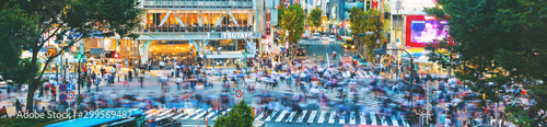 Fotografia People cross the famous intersection in Shibuya, Tokyo, Japan one of the busiest