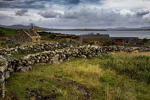 Valokuva Beautiful shot of a deserted smallholding near Rosmuck, Galway in Ireland on a c