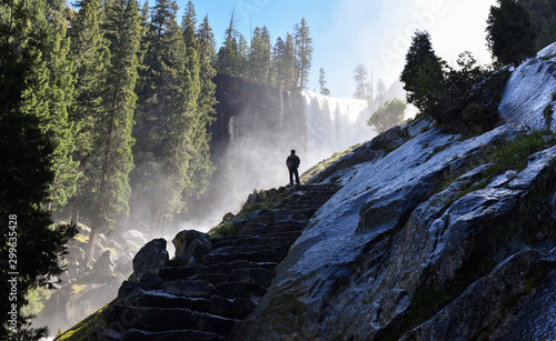 Photo  Silhouette of a man watching Vernal Falls in Yosemite National Park, California, USA