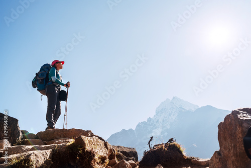 Photo Young hiker backpacker female on cliff edge enjoying the Thamserku 6608m mountain during high altitude Acclimatization walk