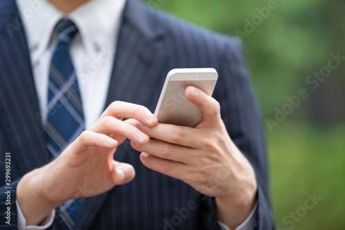 Obraz na plátně スマートフォンを使うビジネスマン