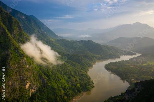 widok-z-lotu-ptaka-na-gory-i-rzeke-nong-khiaw-north-laos-azja-poludniowo-wschodnia-zdjecie-wykonane-przez-drona-z-gory-widok-z-lotu
