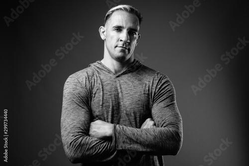 Pinturas sobre lienzo  Studio shot of muscular man in black and white