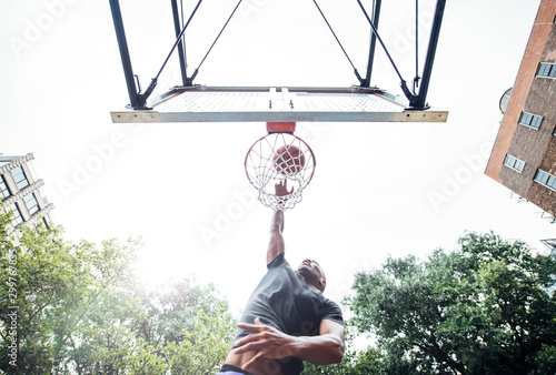 Photo Basketball player training on a court in New york city