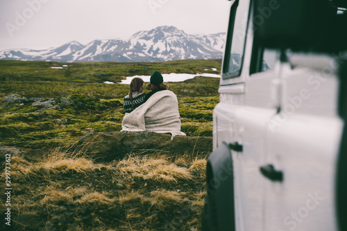 Canvas Print Couple making a wanderlust vacation, exploring iceland with their 4x4 jeep