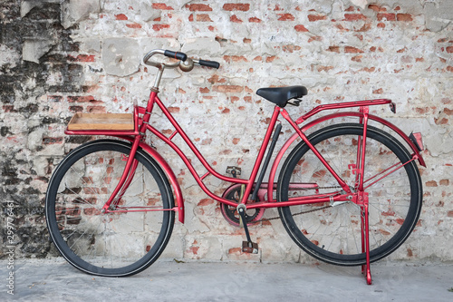 Fond de hotte en verre imprimé Velo Red vintage bicycle parked in front of brick wall