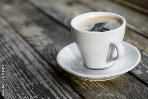 Photo sur Aluminium Cafe Cup of hot coffee on the wooden table
