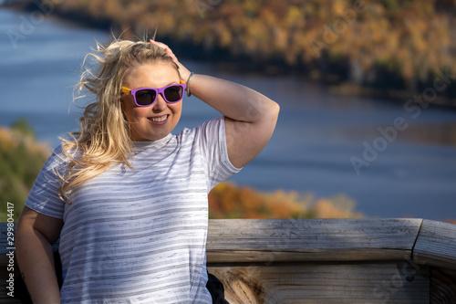 Adorable blonde woman poses at Lake of the Clouds in Porcupine Mountains wildern Billede på lærred