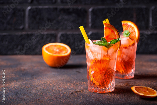 Fotomural  Negroni cocktail with orange and ice