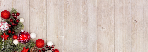 Fotografía  Christmas corner border banner with red and white ornaments and branches
