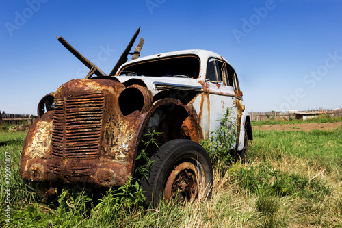 Cadres-photo bureau Vintage voitures Old broken abandoned rusty car in a countryside field. Scrap metal, vintage