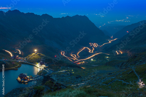 Foto  mountain road at night. Transfagarasan, Romania