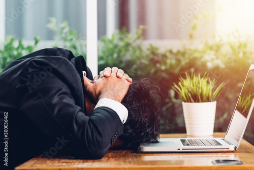Foto  Business man unhappy head down on laptop computer