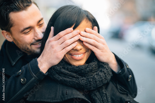 Young man in love surprising his girlfriend on street Fototapet