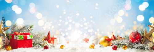 Poster Fleur Christmas winter background with gift box, Christmas baubles and fir tree branches on snow.