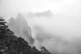Poranna mgła w parku narodowym Haungshan w Chinach (wersja czarno-biała) - 300086276