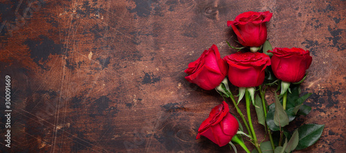 Foto op Canvas Roses Red rose flowers bouquet on wooden background Valentine's day greeting card Copy space Top view - Image