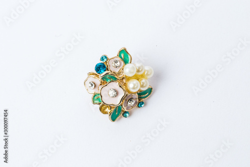 Cuadros en Lienzo LWTWL0007727 brooch with white flowers on a white background