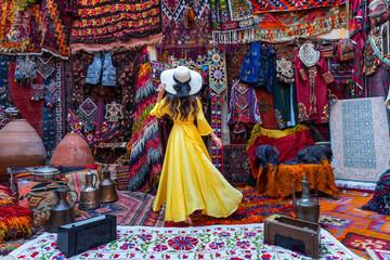 Piękna dziewczyna przy tradycyjnym dywanu sklepem w Goreme mieście, Kapadocja w Turcja.