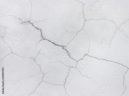 Fotografía  Close-up of a cracked concrete wall painted in white