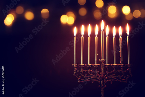 Foto Religion image of jewish holiday Hanukkah background with menorah (traditional c