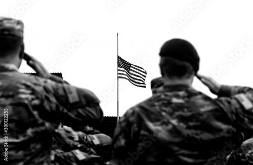 Fotografía  American Soldiers Saluting US Flag