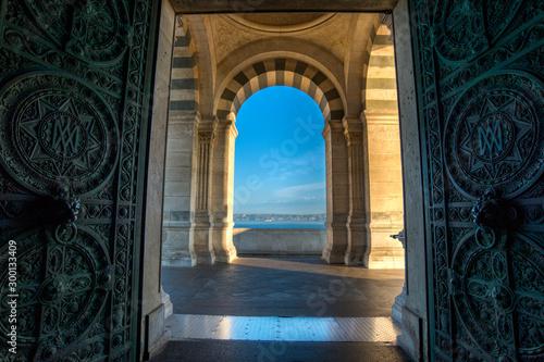 Valokuvatapetti porte d'entrée de la cathédrale de Marseille avec vue sur la méditerranée