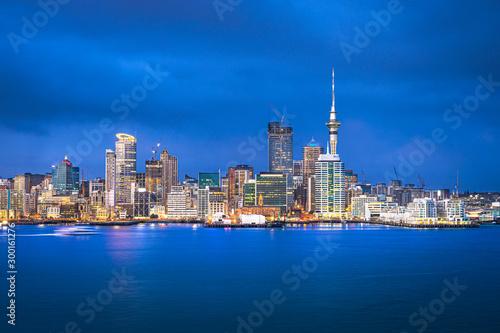Photo Auckland skyline at blue hour, Auckland, New Zealand