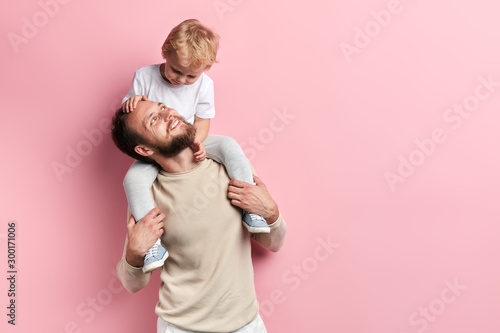 Photographie young father having nice time with his son