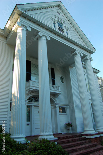 Photo Old plantation house with massive columns on the front porch