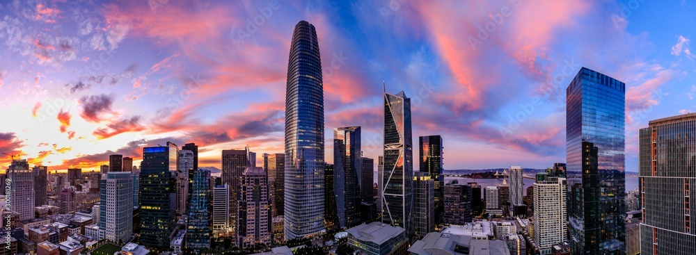 Fototapeta Epic panorama of a pink and blue sunset over San Francisco skyline with Salesforce Tower in the center and the bay bridge on the right
