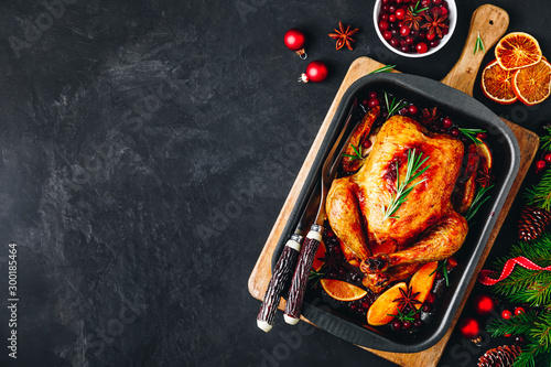 Fotografía  Christmas baked chicken or turkey with spices, oranges and cranberries