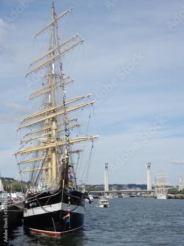 Un voilier avec le pont Flaubert pendant l'Armada à Rouen en Normandie Canvas Print