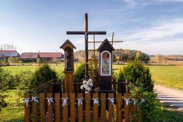 Wzgórza Sokólskie, Tradycyjna architektura drewniana, Krzyże i kapliczki