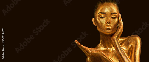 Obrazy kolor złota  fashion-art-golden-skin-woman-face-portrait-closeup-model-girl-with-holiday-golden-glamour-shiny-makeup-sequins-gold-jewellery-jewelry-accessories-beauty-gold-metallic-body-lips-and-skin